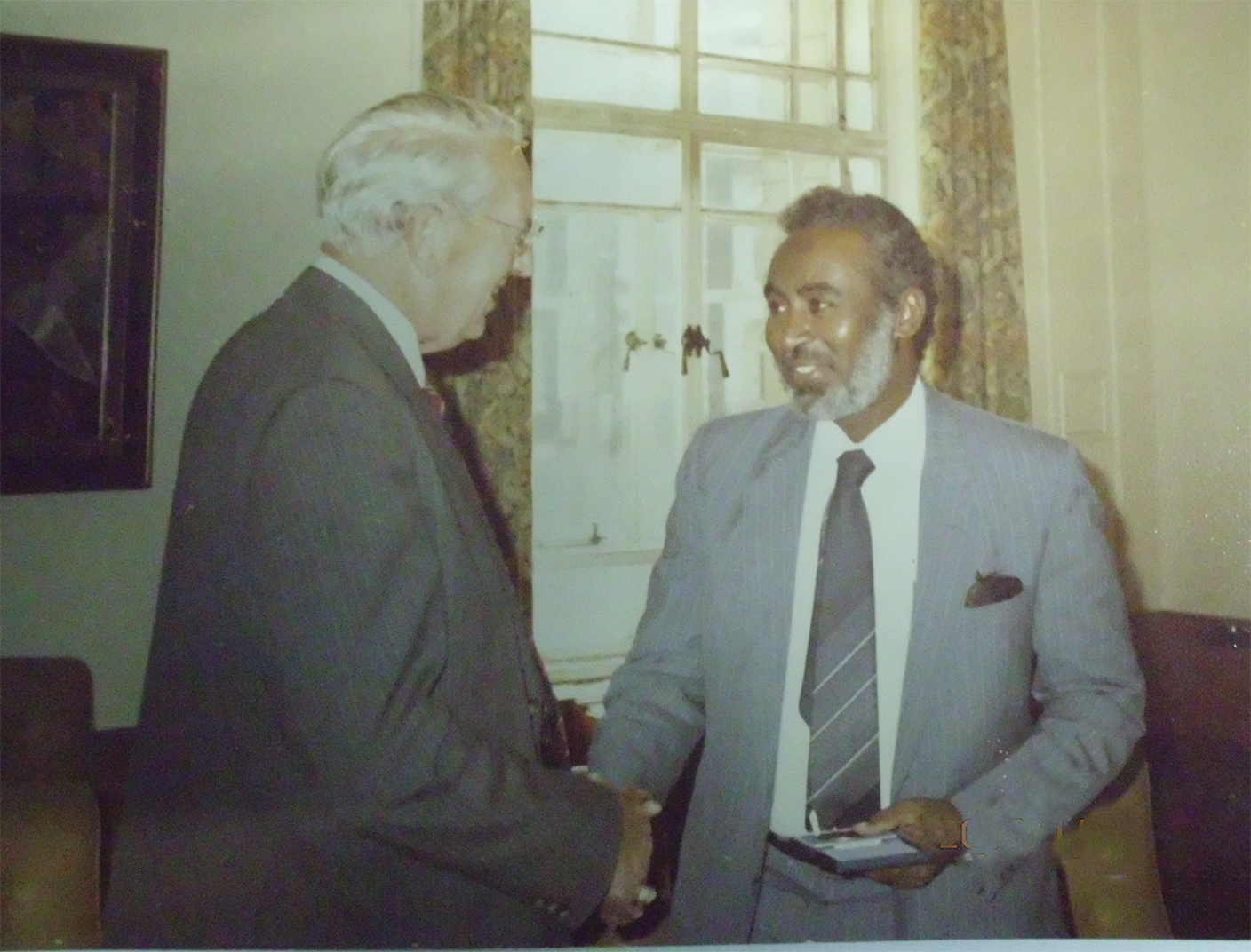 Prof-Elsheikh-receiving-Ademola-prize-of-London-school-of-tropical-medicine-and-hygiene-for-his-extraordinary-work-in-the-tropics-.Presented-by-Dean-Smith-at-the-London-school-1987